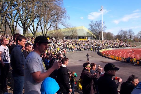 この日の観客数は5529人。観客は太陽とビール、サッカーを楽しんでいました Photo: Aki SCHULTE-KARASAWA