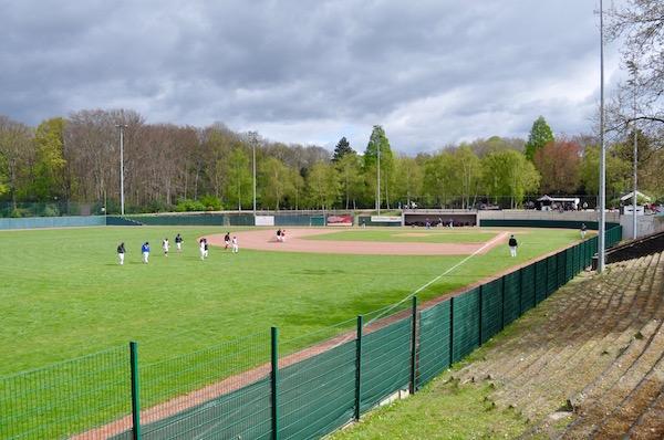 ホッシュパークの野球グラウンドを試合前に整備する選手たち Photo: Aki SCHULTE-KARASAWA