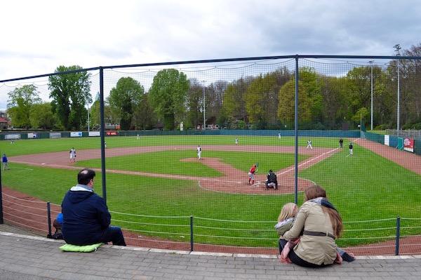 石段に思い思いに腰掛けて野球を観戦する人々 Photo: Aki SCHULTE-KARASAWA