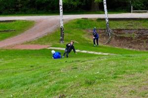 場外ボールを競い合って追いかける子どもたち Photo: Aki SCHULTE-KARASAWA