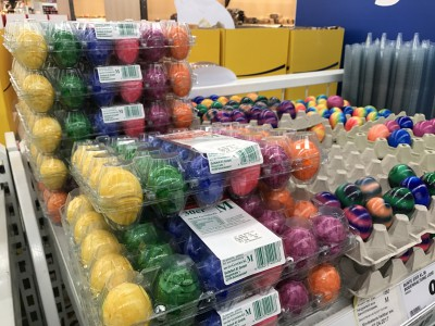 スーパーに売っているゆで卵。もはやグロテスクなカラーリング。
