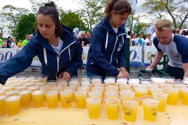 ゴール後にはアルコールフリーのビールが無料で振る舞われた Photo: Aki SCHULTE-KARASAWA