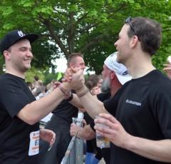 ゴール直前、待ち受ける同じ会社のチームメンバーと喜びの握手を交わすランナーたち Photo: Aki SCHULTE-KARASAWA