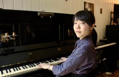 音楽療法インスティテュートでピアノに向かう溝口さん