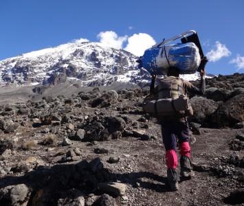 キリマンジャロ山4,300m付近にて。荷物を運ぶポーターたち