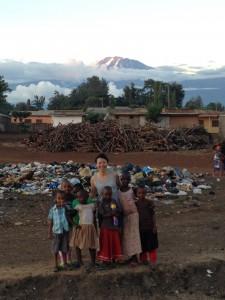現地の子どもたちが遊ぶゴミ山にて。背景はキリマンジャロ山
