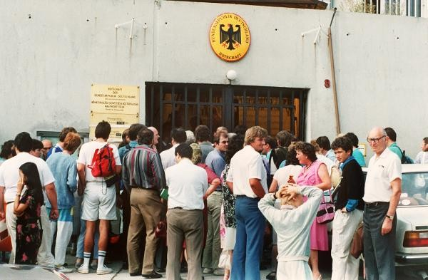 ハンガリーの西ドイツ大使館に押し寄せる東ドイツ市民 (© picture-alliance/ dpa)