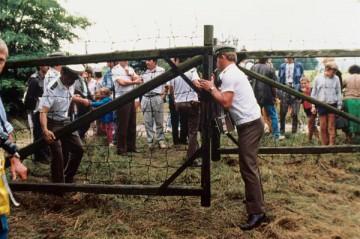 ハンガリー・オーストリア国境に押し寄せた東ドイツ市民 (© picture-alliance/ dpa)
