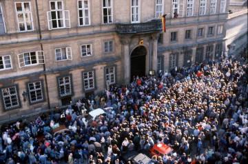 プラハの西ドイツ大使館に押し寄せる人 (© picture-alliance / dpa)