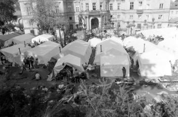 プラハの西ドイツ大使館を占拠する東ドイツ市民 (© picture-alliance / ZB)