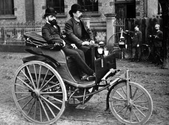 「モデル3」に乗るカール・ベンツ(右)1886年 ©dpa