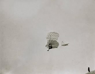 飛行するオットー・リリエンタール 1895年 ©dpa