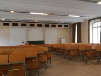 英語学科の講義用の教室。