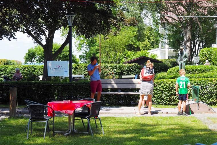 芝にテーブル&チェアが置かれリラックスした雰囲気 Photo: Aki SCHULTE-KARASAWA