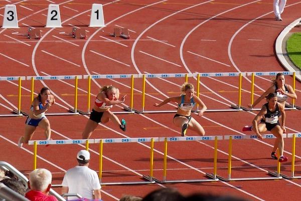 女子100mハードルの予選。小気味いいリズムを刻んで選手がハードルを超えていく Photo: Aki SCHULTE-KARASAWA