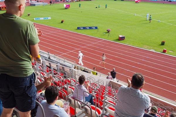 圧倒的な強さで勝利した女子3000m障害競走のゲーザ・フェリシタス・クラウゼ。ウィニングランを拍手で迎えられた Photo: Aki SCHULTE-KARASAWA