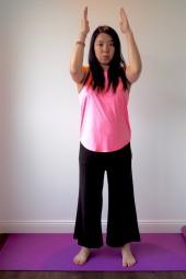 肩〜背中に効くポーズ。まずは足を肩幅に開いて立ち、両腕を直角に立てて前へ Photo: Aki SCHULTE-KARASAWA