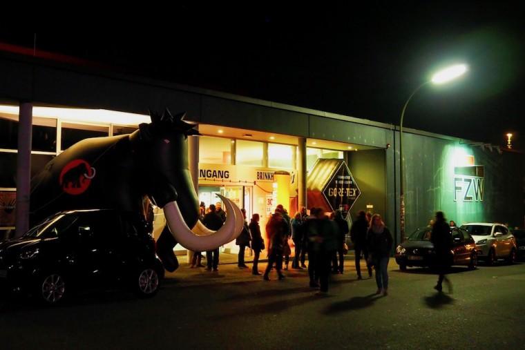 ドルトムントの「ヨーロピアン・アウトドア・フィルム・ツアー」会場となったFZWのエントランス。巨大なマンモスはスポンサー「マムート」のアイコン Photo: Aki SCHULTE-KARASAWA