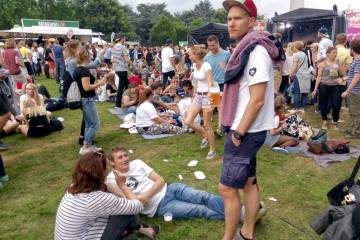 音楽フェス「ジューシービーツ」では、酔いどれの来場者が芝のカーペットでくつろぐ Photo: Aki SCHULTE-KARASAWA