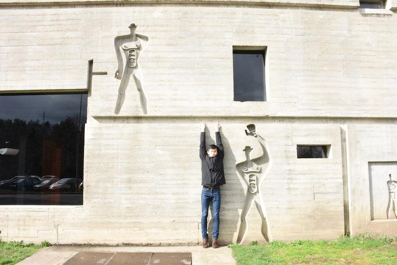 フランスのFirminiにあるル・コルビュジエの建築の前にて