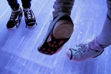 来場者が靴に取付けられるゴムバンド付きのスパイクが貸与された Photo: Aki SCHULTE-KARASAWA