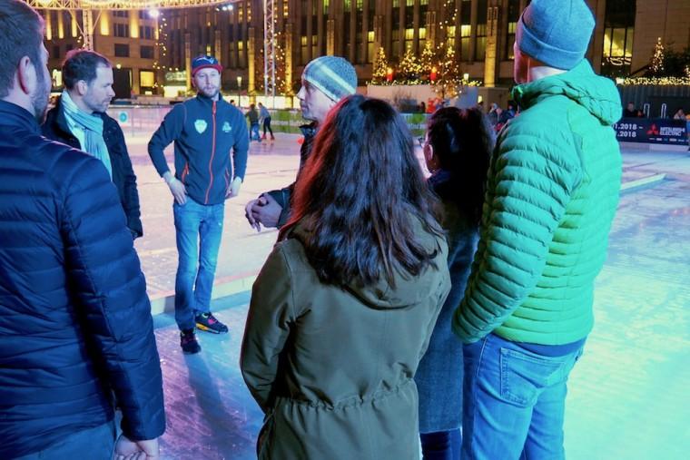 12人中2人以外はアイスシュトックシーセン未経験。プレイ前にルールなど説明を聞く Photo: Aki SCHULTE-KARASAWA