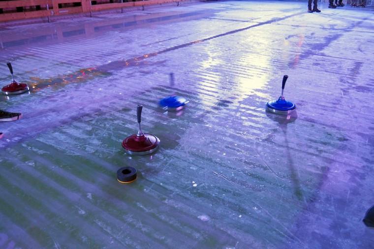 画像右側より投げ入れられたシュトックをダウべにできるだけ近づけ停止させポイントを稼ぐ。この場合、ブルーは枠内(グリーン)に留まっているレッドのシュトックを押しのけるかダウべにより近づくかでポイントを獲得できる Photo: Aki SCHULTE-KARASAWA