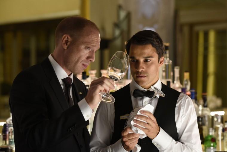 Bayerischer Hof/Falk Bar/Restaurent Kleinschmidt verdonnert Sali zu einer Extra-Schicht. Gläser putzen. Sali (Kostja Ullmann) Kleinschmidt (Johann von Bülow)