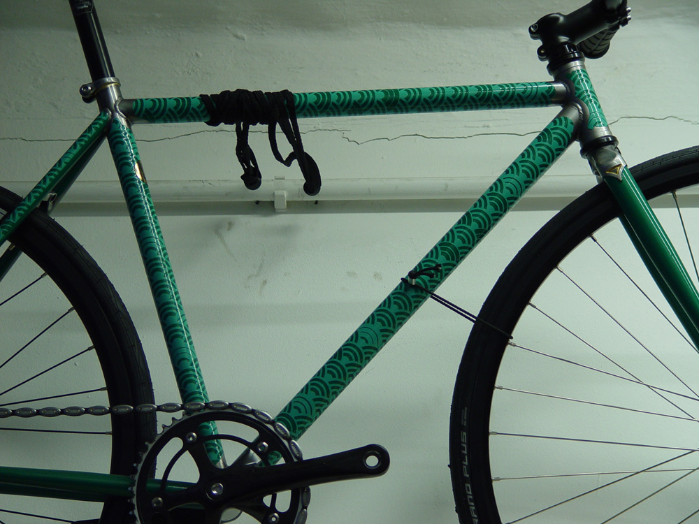 写真4_緑色のステッカーが貼られた自転車