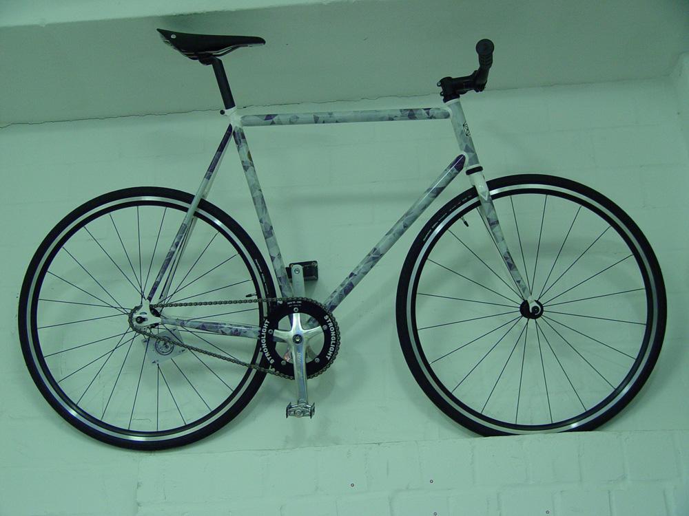 写真5_白色のステッカーが貼られた自転車