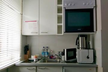 キッチン付き客室。赤ちゃん連れでは自分の好きなタイミングで自炊できて自室で食べられるのは大きなメリット Photo: Aki SCHULTE-KARASAWA