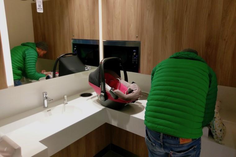 今回ミュンヘンでおむつ交換に訪れたショッピングセンターには、電子レンジと洗面台が備わった半オープンなおむつスペースがありました Photo: Aki SCHULTE-KARASAWA
