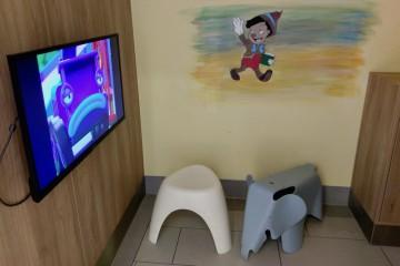 授乳室にはリラックスチェアのほかに子供向けアニメが映し出されたTVも Photo: Aki SCHULTE-KARASAWA