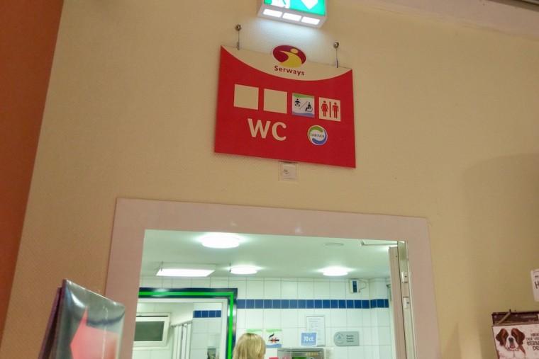 アウトバーンのパーキングでは、男女トイレの案内表示と共におむつ交換スペースがあることが記されていた Photo: Aki SCHULTE-KARASAWA