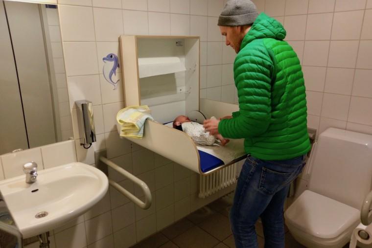 おむつ交換スペースの利用には声がけ&解錠が必要。通常有料のアウトバーンのトイレゲート内に無料で入ることができる Photo: Aki SCHULTE-KARASAWA