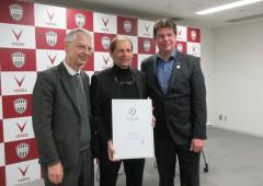 左からケーラー総領事、エンゲルスさん、賞の設立者ローラント・ビショップさん ©GK Osaka-Kobe