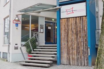 ミュンヘンで宿泊したアパートメントタイプのホテルのエントランス Photo: Aki SCHULTE-KARASAWA