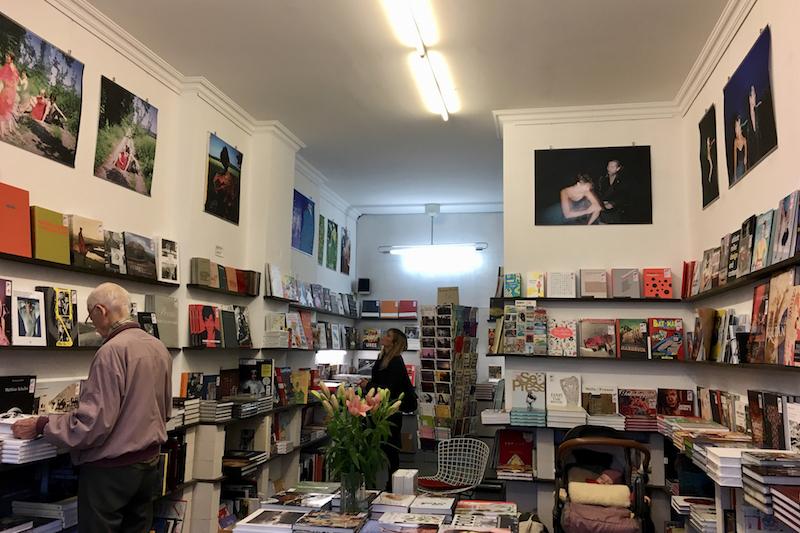 展示「夏の終わりの憂鬱」の会場となったベルリンの書店。