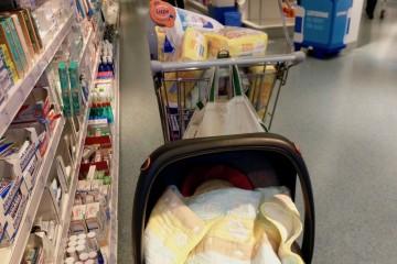 息子の初めての買い物はdm。おむつなどドラッグストアにはお世話になりっぱなし Photo: Aki SCHULTE-KARASAWA