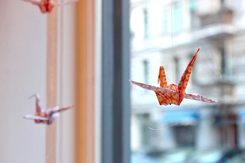 ショーウィンドウに飾っている、折り鶴のモビール。