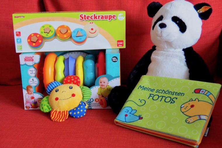シュタイフのぬいぐるみ、木製おもちゃ、赤ちゃん向け写真アルバムなど贈り手のセンスが生かれたプレゼント。写真はプレゼントの一部 Photo: Aki SCHULTE-KARASAWA