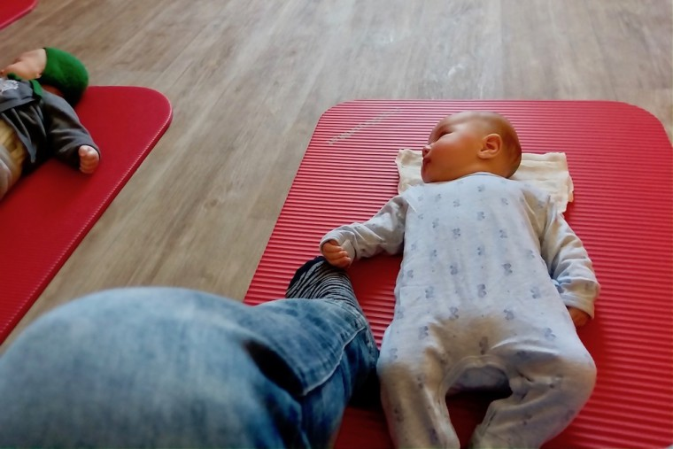 息子は生後1カ月からベビーマッサージに参加。周囲の観察を楽しんでいました Photo: Aki SCHULTE-KARASAWA