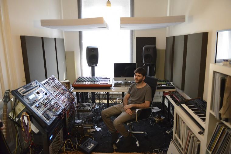 彼のスタジオで取材を行った