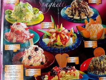 スパゲッティアイスだけでも様々なバリエーションが。アイスカフェのメニューは写真付きで楽しい。