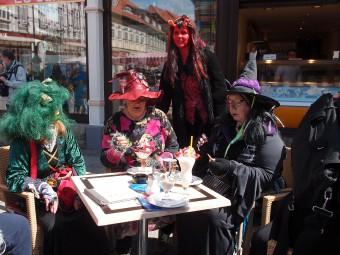 山盛りのパフェを楽しむご婦人たち。ヴェルニゲローデの魔女祭りにて。