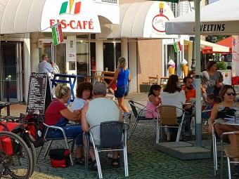 伝統的なアイスカフェ。テラス席で太陽をあびながらリゾート気分。