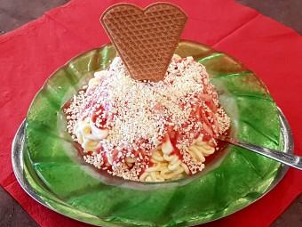 これが噂のスパゲッティアイス。アイスの下には生クリームがたっぷり。