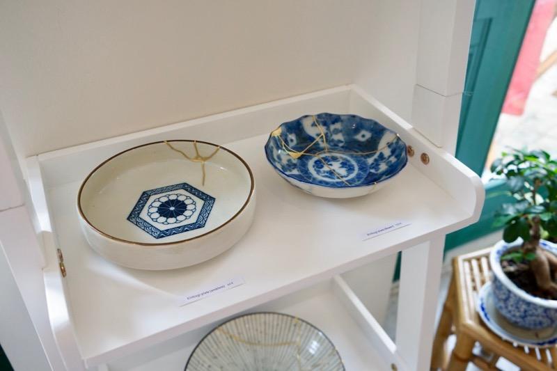 現在開催中の展示で販売している金継ぎ作品。割れた陶磁器を集め、金継ぎを施したもの。