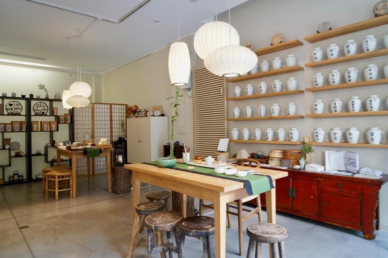 展示会場のティーショップでは、茶葉販売ほかお茶もいただける。展示は7月31日まで開催中。