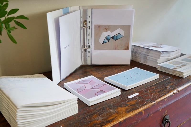 展示ではポストカードやアートブックも販売。